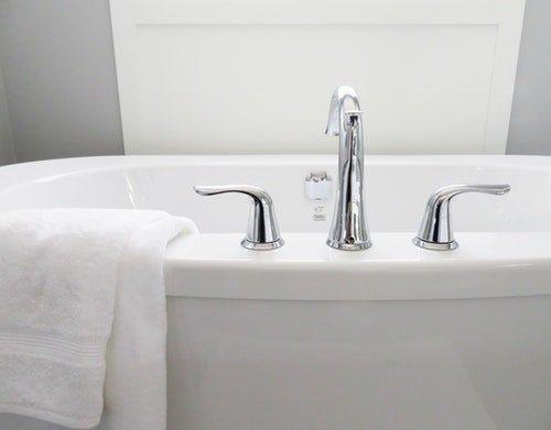 white glossy bathtub